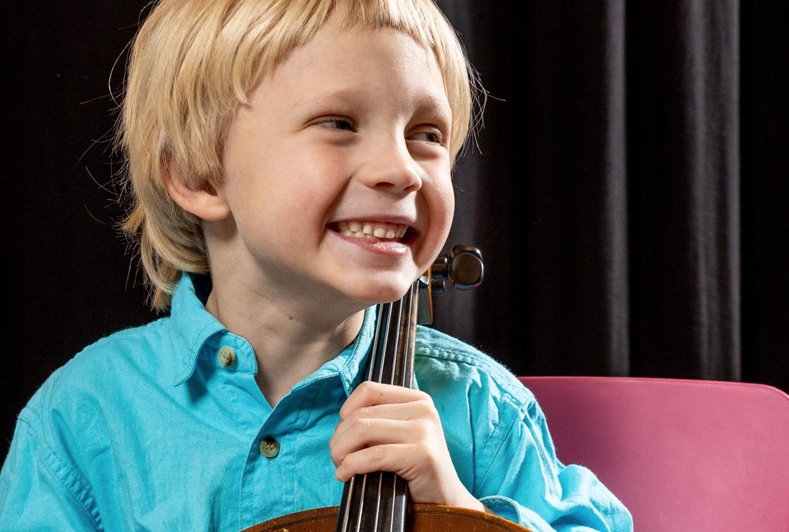 Cello - Pojke i blå skjorta